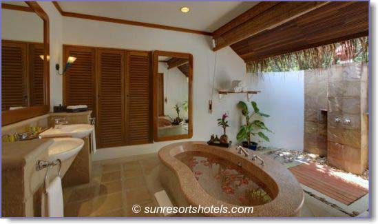 Outdoor bathrooms for all seasons for Bathroom designs outside